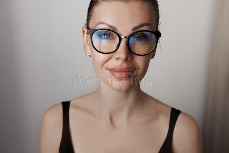En ung vacker kvinna tillbringar tid med att arbeta på en dator som uppfyller kraven på självisoleringsläge under en epidemi arkivbild