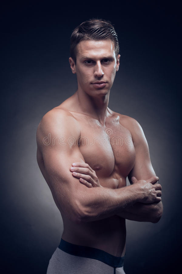 En ung vuxen man, Caucasian, konditionmodell, muskulös kropp som är sh royaltyfri bild