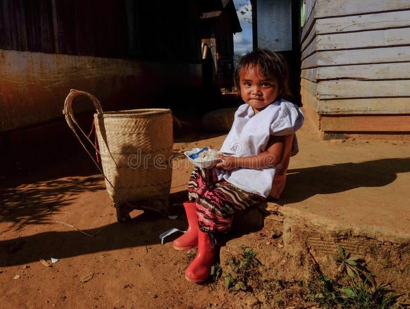 En unge som spelar på den etniska byn royaltyfria foton