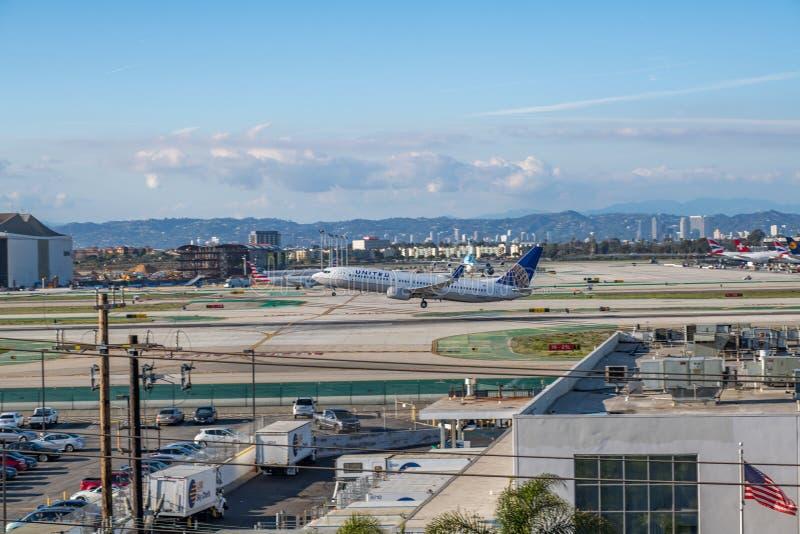 En United Airlines stråle tar av på Los Angeles den internationella flygplatsen royaltyfria bilder