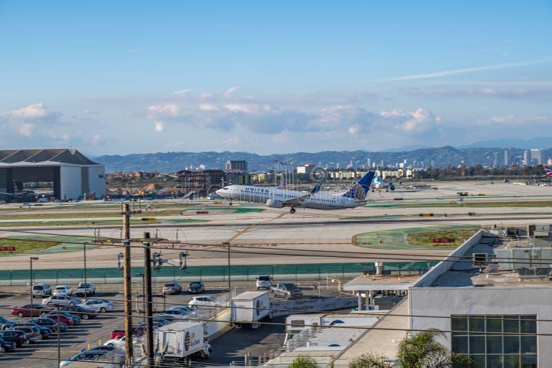 En United Airlines stråle tar av på Los Angeles den internationella flygplatsen arkivfoto