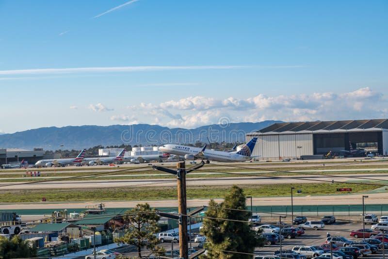 En United Airlines stråle tar av på Los Angeles den internationella flygplatsen arkivfoton