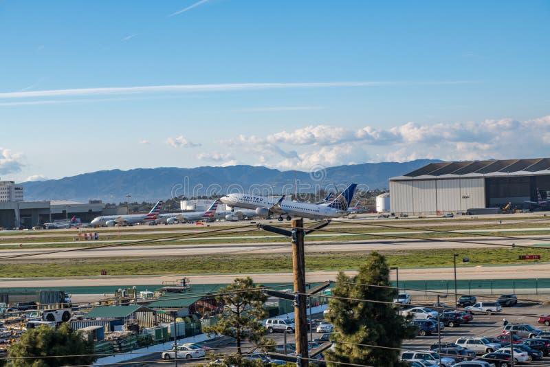 En United Airlines stråle tar av på Los Angeles den internationella flygplatsen royaltyfri foto