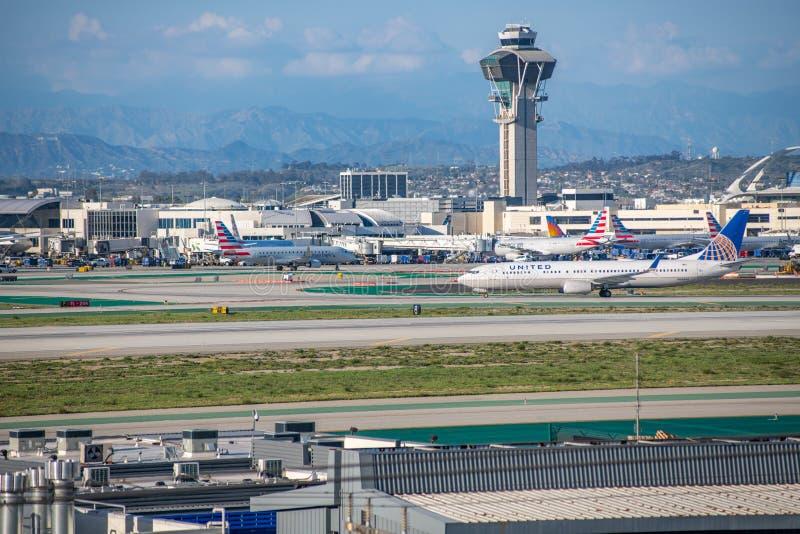 En United Airlines stråle tar av på Los Angeles den internationella flygplatsen arkivbilder