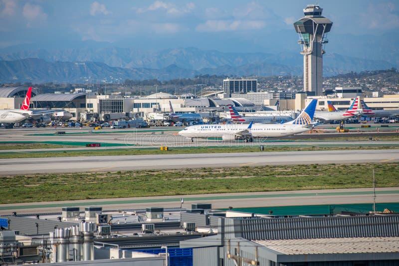 En United Airlines stråle tar av på Los Angeles den internationella flygplatsen royaltyfri bild