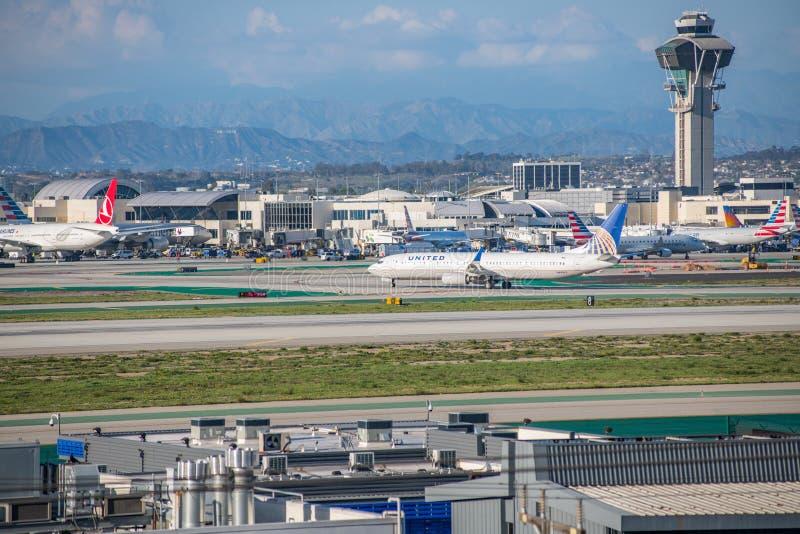 En United Airlines stråle tar av på Los Angeles den internationella flygplatsen royaltyfri fotografi