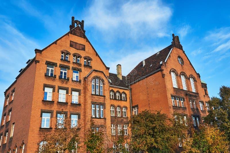 En universitetbyggnad för röd tegelsten arkivbilder