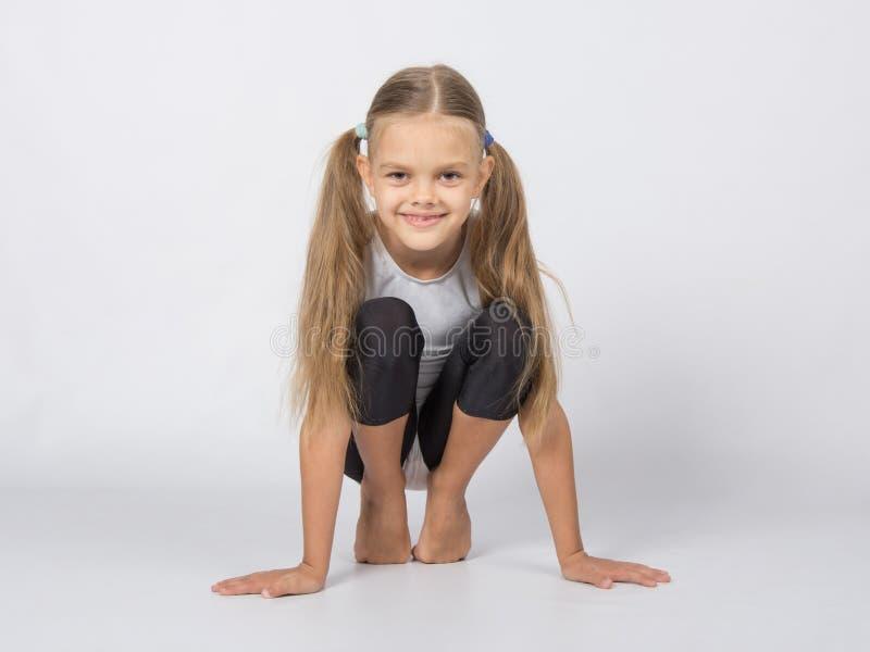 En uppåtsträvande gymnast utför varma tår royaltyfri foto