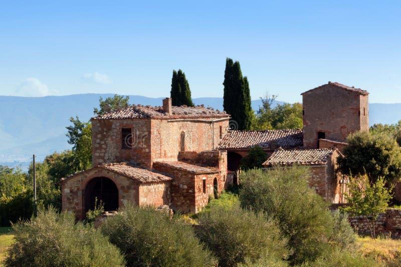 En uppehåll i Tuscany, Italien Tuscan lantgårdhus, cypressträd arkivfoton