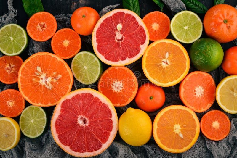 En uppsättning av citrusfrukt Apelsin tangerin, grapefrukt, citron P? en tr?bakgrund arkivfoton