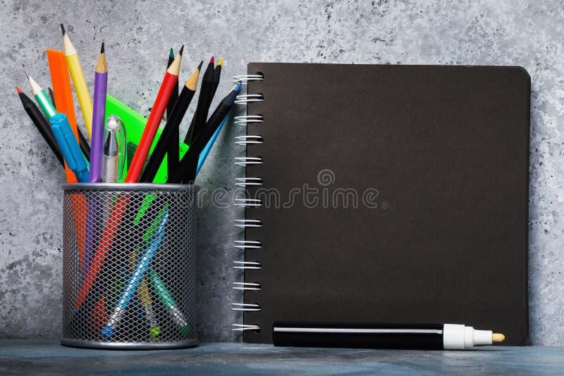 En uppsättning av den olika blyertspennor och notepaden för skissar arkivbilder