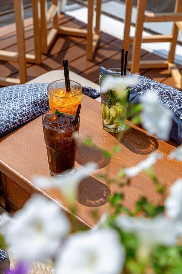 En uppsättning av härliga lemonader på sommartabellen Törstat släcka, sommaricke-alkoholist drycker royaltyfri fotografi