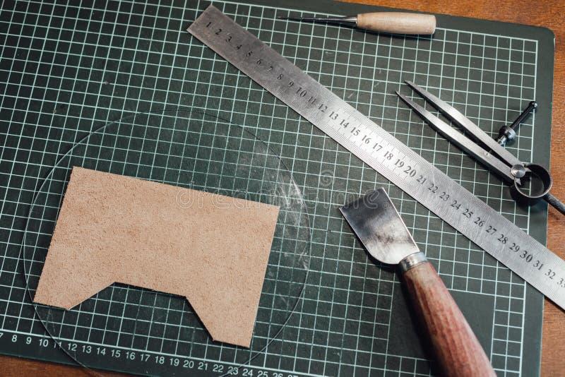 En uppsättning av hjälpmedel för att arbeta med läder på en trätabell Handgjort begrepp Begrepp av sm? och medelstora f?retag som royaltyfri fotografi