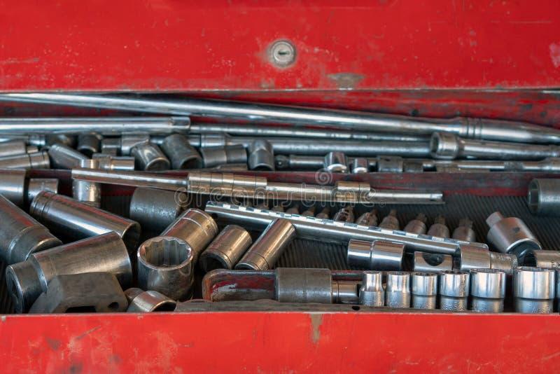 En uppsättning av hjälpmedel för maskiner för teknisk service på loppet Ask med upps?ttningen av hj?lpmedel f?r bilreparation, cl arkivfoton