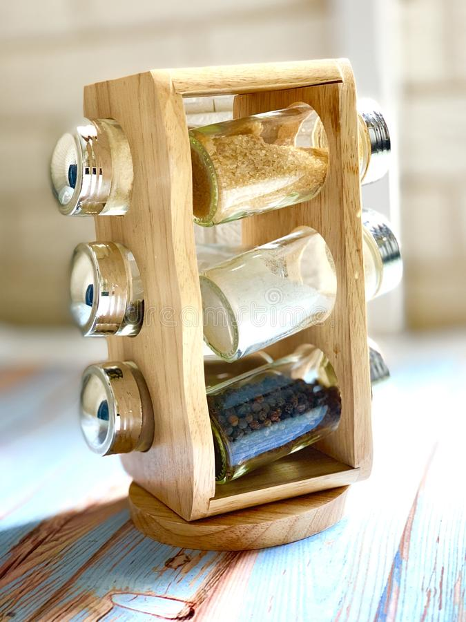 En uppsättning av kökkryddor på en härlig träställning arkivfoto