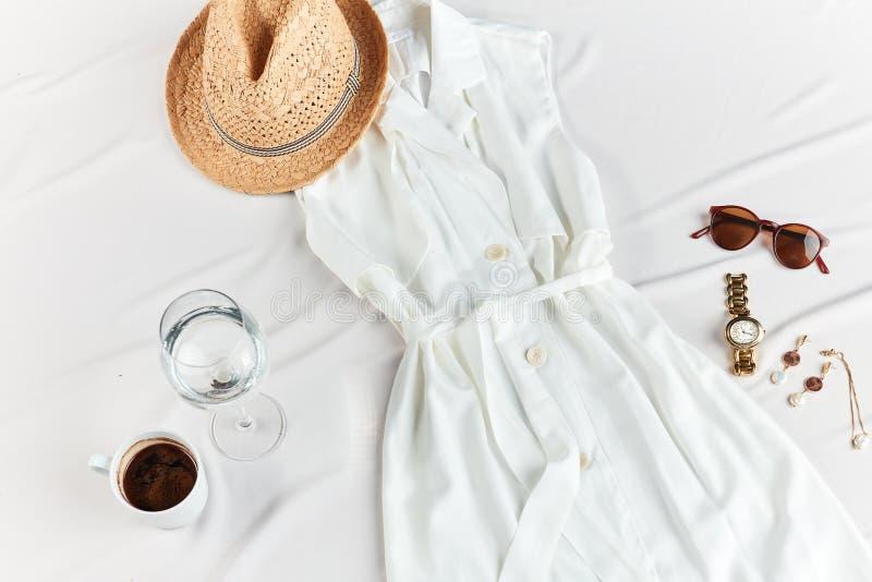 En uppsättning av kläder för sommarferie arkivbilder