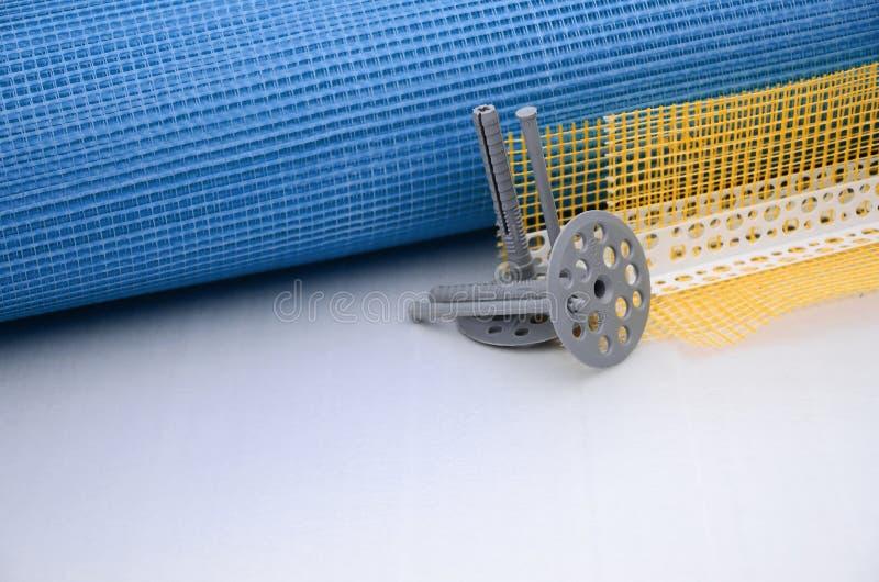 En uppsättning av konstruktionsobjekt för isoleringen av väggar Plast- låspinnar, en rulle av ingreppet för isoleringen av fasade vektor illustrationer