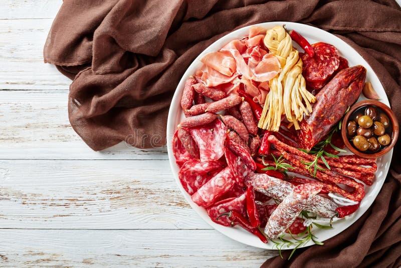 En uppsättning av korvar och torrt kurerat kött royaltyfri bild