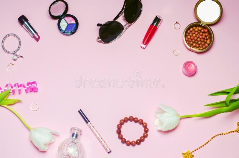 En uppsättning av kvinnliga skönhetsmedel, mode, stil, tillbehör, glamour, elegans Lekmanna- lägenhet för bästa sikt fotografering för bildbyråer