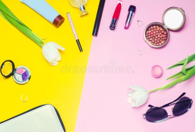 En uppsättning av kvinnliga skönhetsmedel, mode, stil, tillbehör, glamour, elegans Lekmanna- lägenhet för bästa sikt royaltyfri fotografi