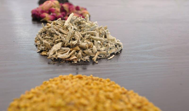 En uppsättning av olika teer - rosa färg, svart som är växt-, guling royaltyfri bild