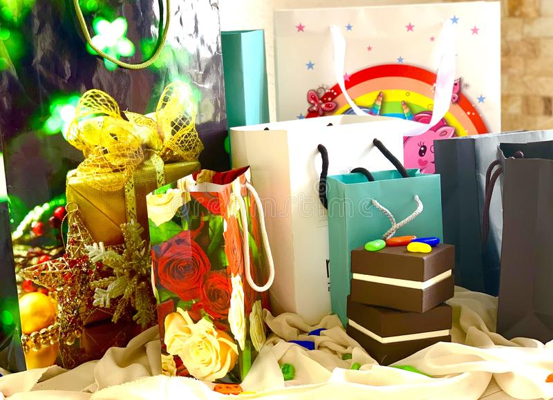 En uppsättning av packar och askar, gåvor för ferien Färg ljust som är elegant royaltyfria foton