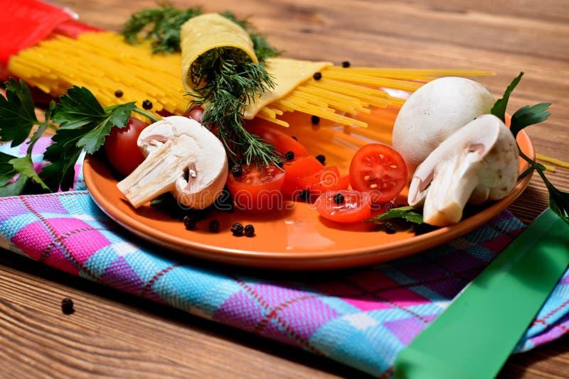 En uppsättning av produkter för förberedelsen av italiensk pasta royaltyfri fotografi