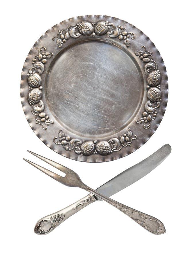 En uppsättning av tappningbordsservis: platta, korsade gafflar och skedar som isoleras på en vit bakgrund antik silverware retro  royaltyfria bilder