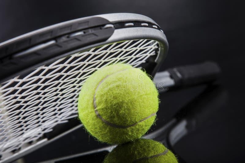 En uppsättning av tennis shuttlecock för racket för badmintonboll guld- royaltyfri fotografi