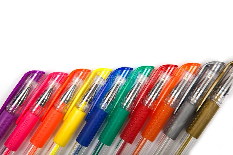 En uppsättning färgade pennor på en vit bakgrund royaltyfria bilder