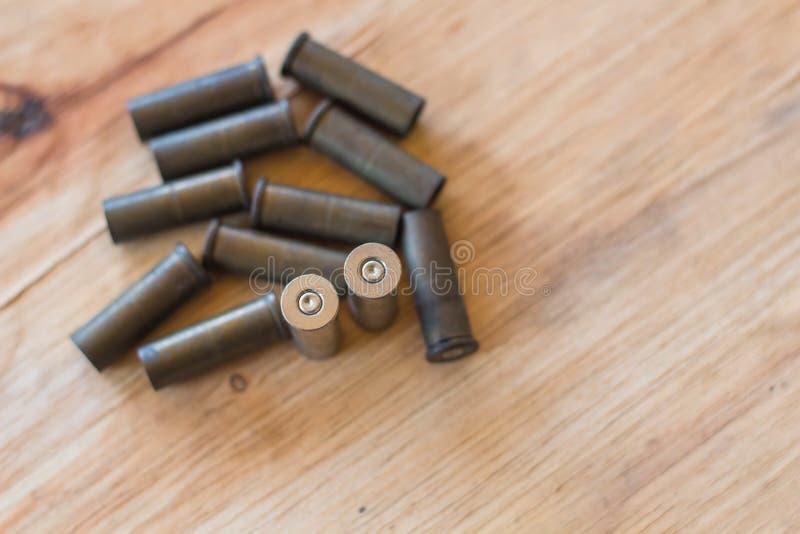 En uppsättning som är van vid av gamla kulor och kassetter på wood bakgrund arkivfoton
