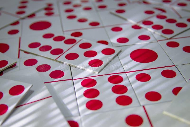 En upps?ttning av dominobricka som spelar kortbilden arkivbilder