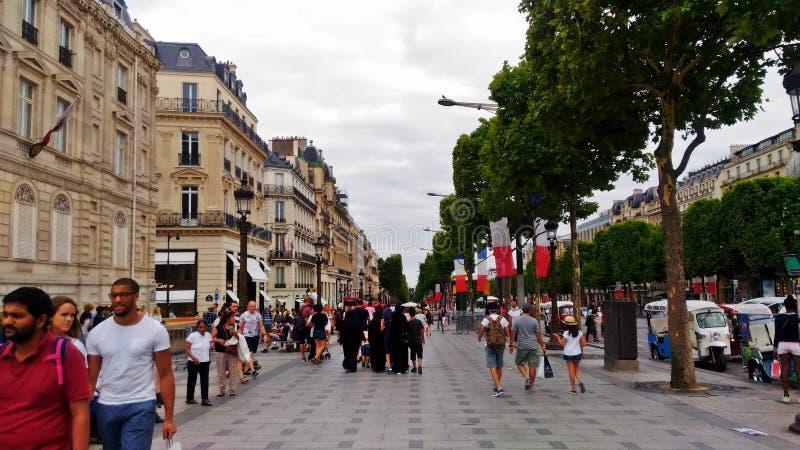 En upptagen Av des Champs-Elysees i Paris arkivfoton