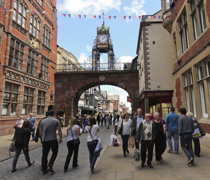 En upptagen Eastgate gata i Chester, England royaltyfri fotografi