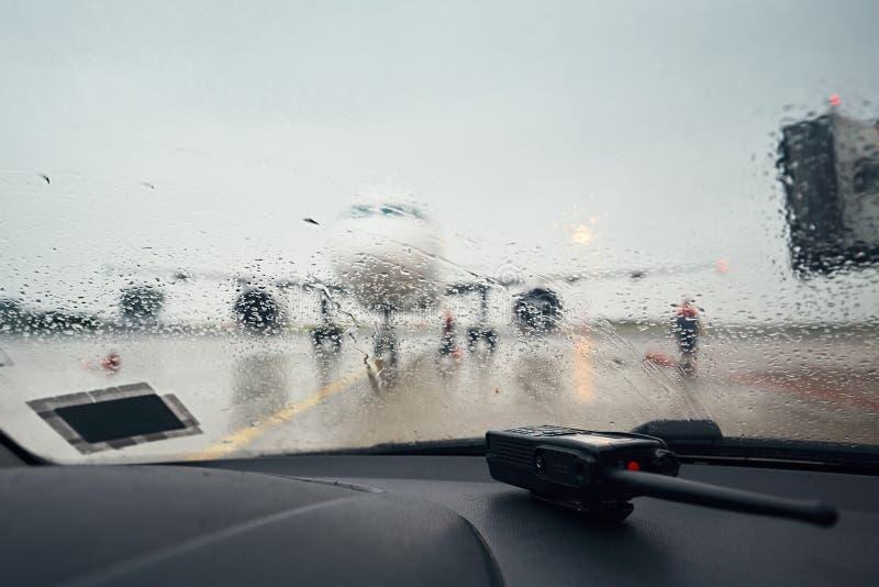 En upptagen flygplats i regnet fotografering för bildbyråer