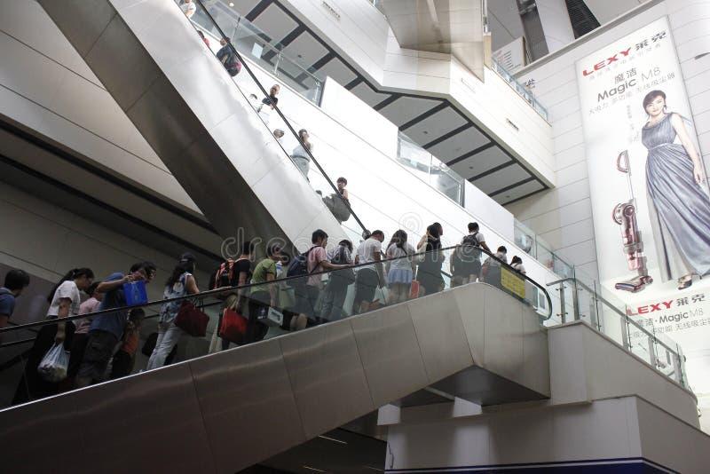 En upstair gemensam dag och handelsresande i södra järnvägsstation för Peking royaltyfri fotografi