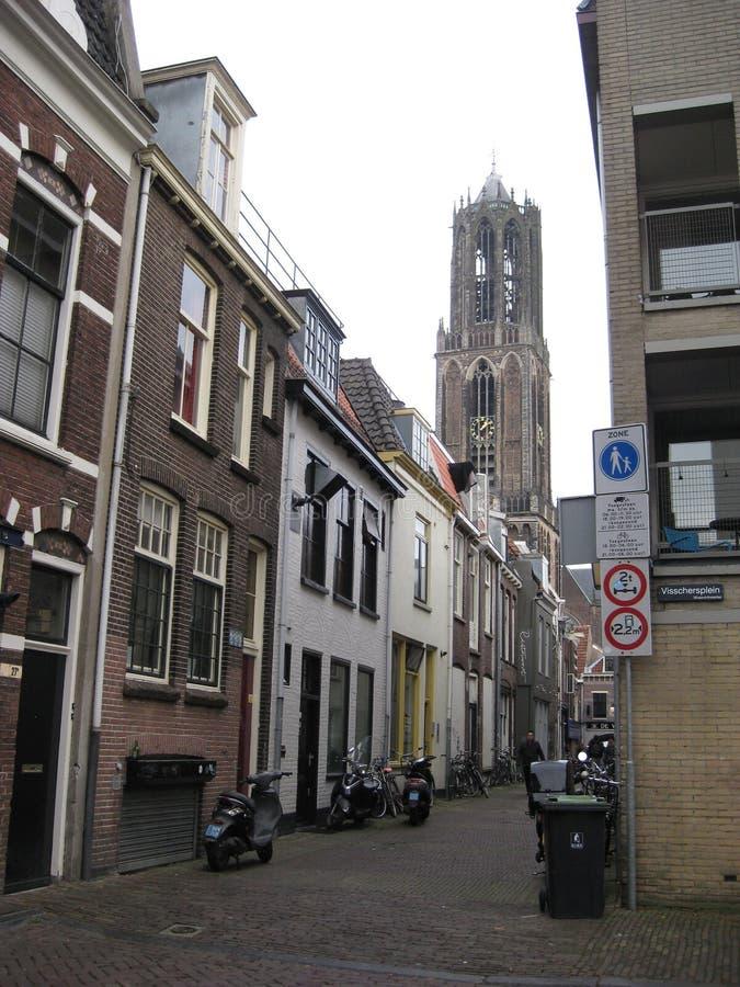 En ursnygg cykel-fodrad lappad gata som leder till Domtorenen i Utrecht, Nederländerna arkivfoto