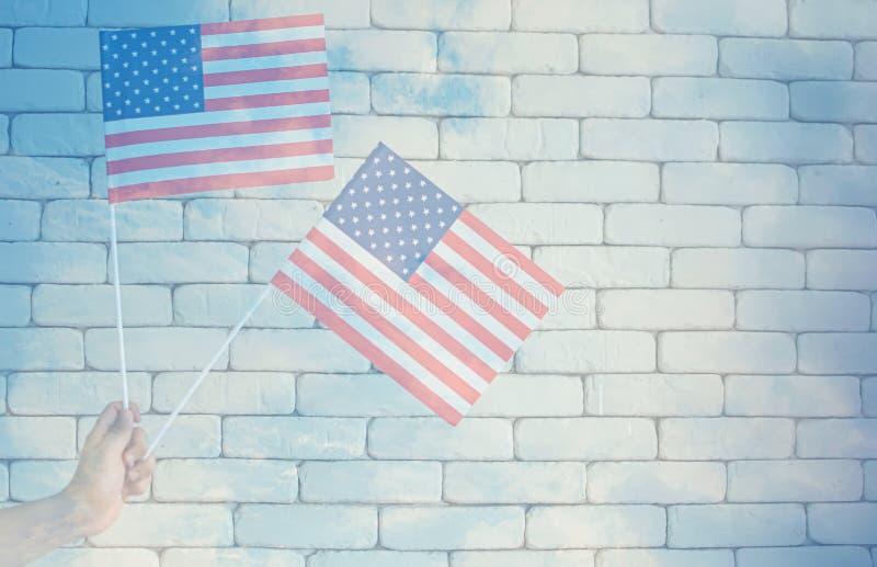 En USA för handinnehavamerikan flaggor arkivfoto