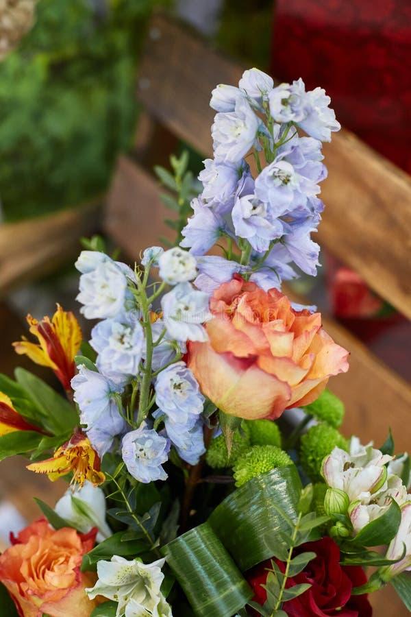 En utdragen bukett av rosor, riddarsporren och krysantemumet royaltyfri bild