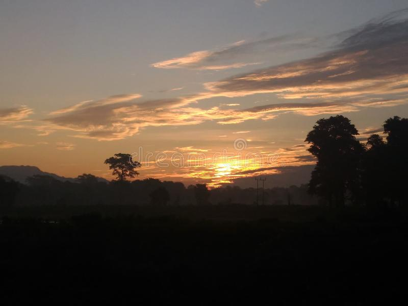 En utdragen härlig himmel och solen i morgonen arkivfoto