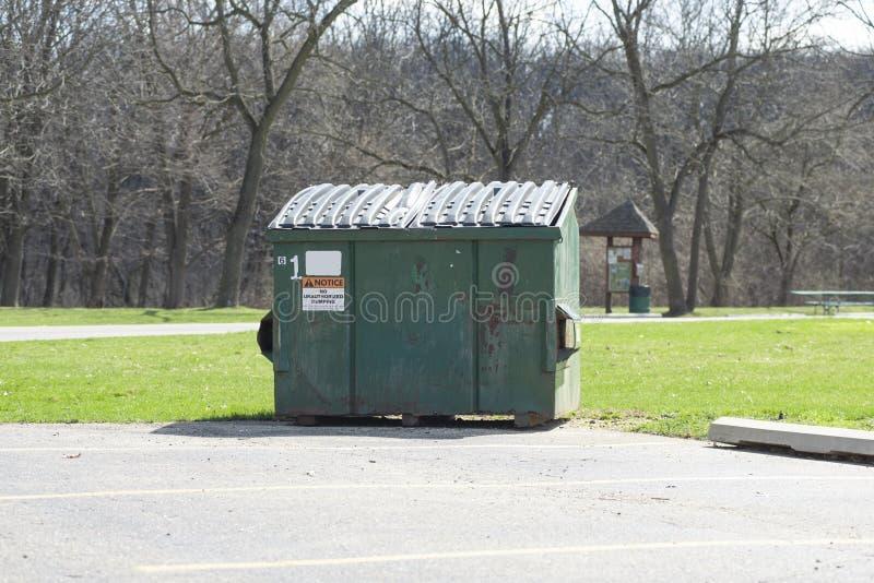 En uthyrnings- dumpster arkivfoton
