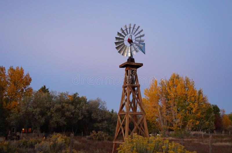 En väderkvarn och en Autumn Dusk royaltyfria bilder