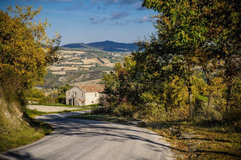 En väg i Montefeltro'sens kullar (Urbino - Italien) arkivbild