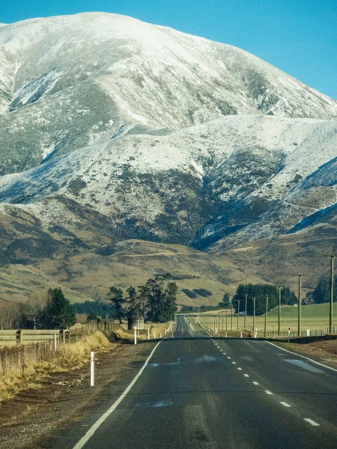 En väg till det stora snöberget på den södra ön, Nya Zeeland arkivbild