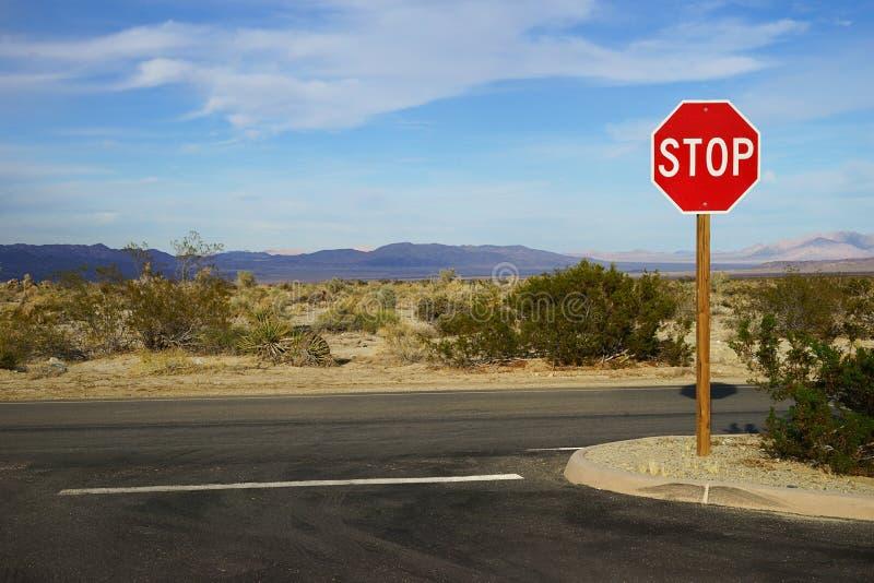 En vägföreningspunkt med ett stopp undertecknar i Joshua Tree National Park, USA arkivfoton