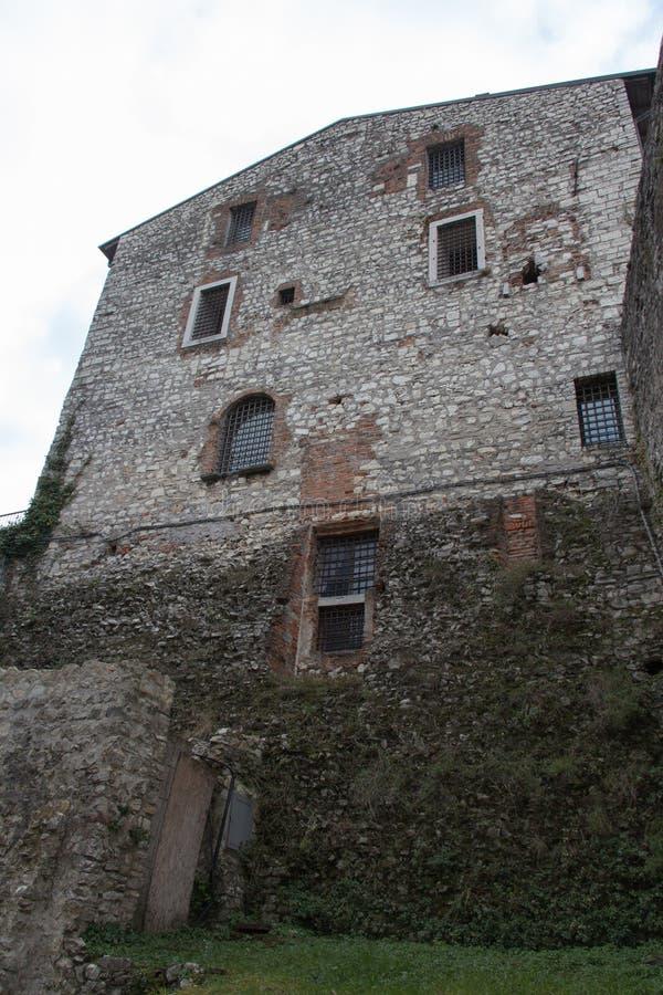 En vägg av det Luigi Marzoli vapenmuseet i den Brescia slotten, Lombardy, Italien royaltyfri fotografi