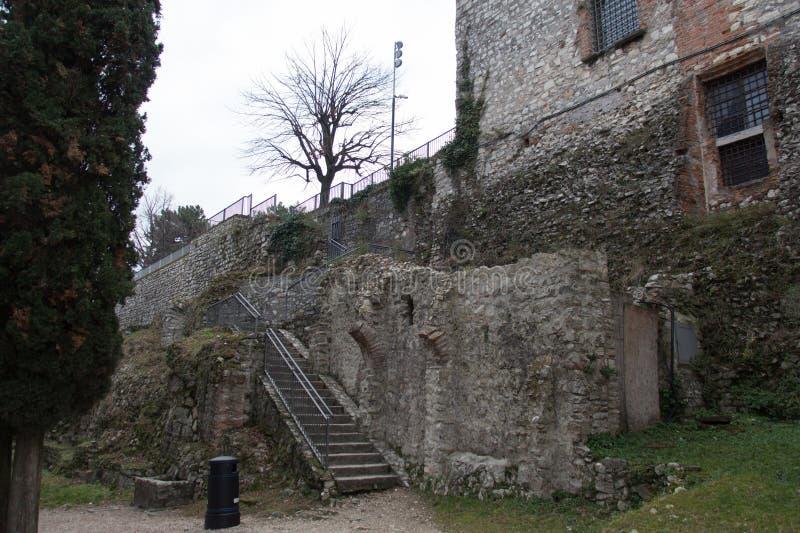 En vägg av det Luigi Marzoli vapenmuseet i den Brescia slotten, Lombardy, Italien fotografering för bildbyråer