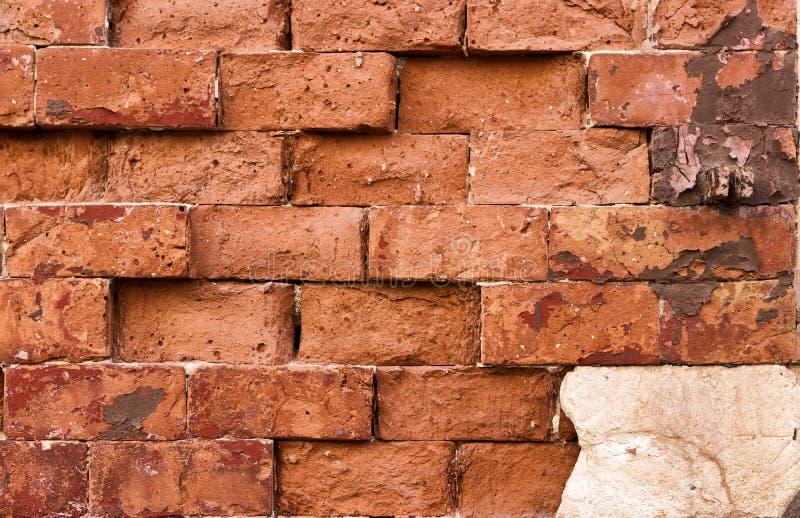 En vägg av haphazardly förlade röda tegelstenar royaltyfria bilder