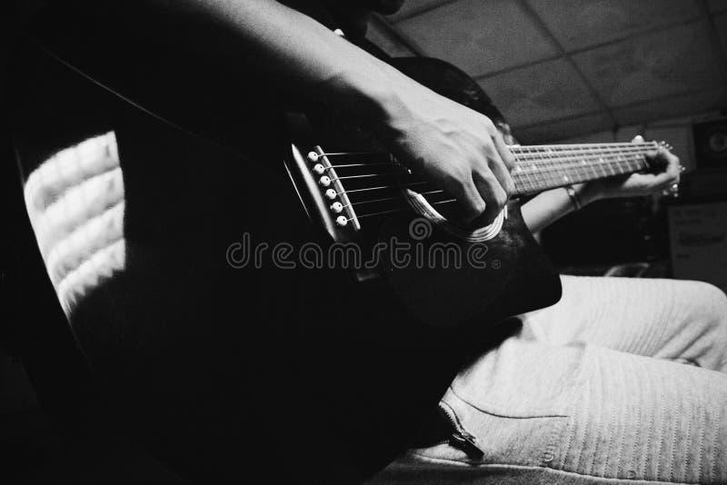 En vän och en gitarr royaltyfria bilder