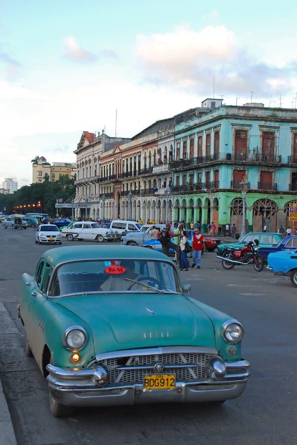 En väntande på turist för typisk taxi i Havana City Centre fotografering för bildbyråer
